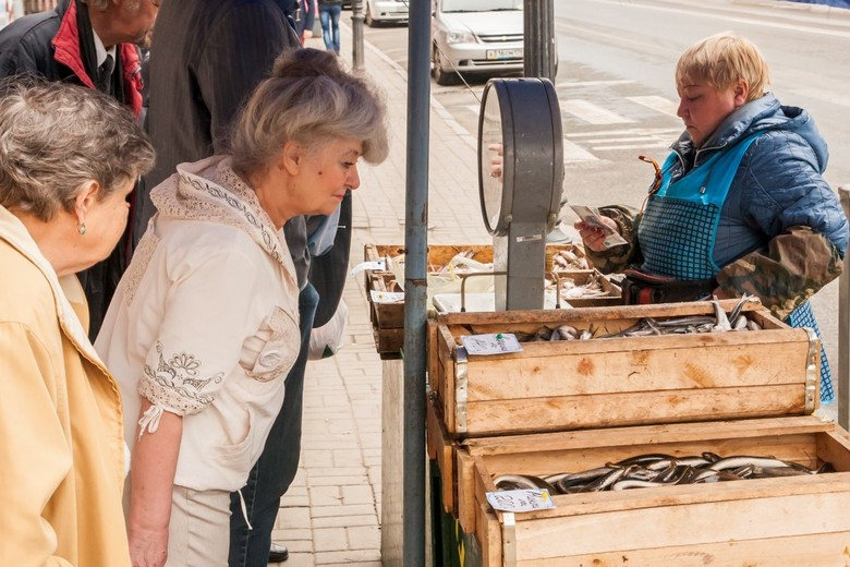 Inspecting the Fish - Een kraampje op straat met 'verse' vis wordt door een vrouw met gepaste afstand geinspecteerd, St. Petersburg, Rusland