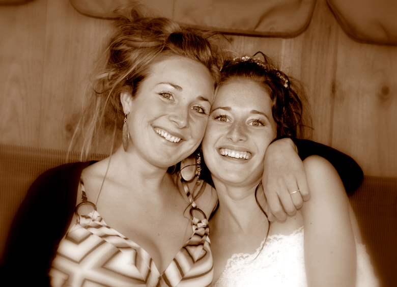 de zusjes - ze zijn zo gek op elkaar en wilden zo graag samen op de foto , het geluk straalt er volgens mij van af