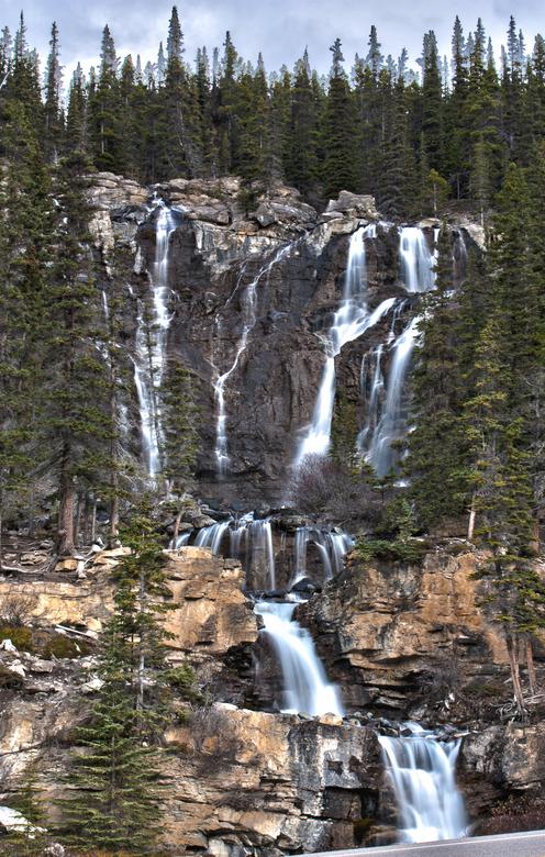 stromend water - stromend water in een deels bevroren waterval, hdr opname