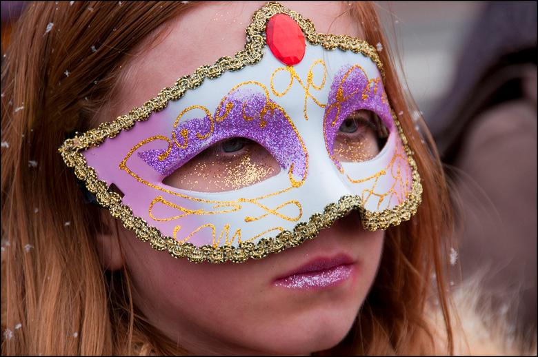 Carnaval 2013-23 - Carnaval hoort een feest van plezier en vermaak te zijn. Maar blijkbaar was deze jonge dame wat over de lever gelopen. Er kon werke