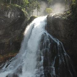 De waterkracht van de Gollinger Waterval in Oostenrijk