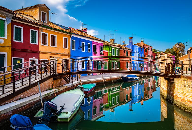 Kleurrijke reflectie - Ook dit is Venetië. <br /> <br /> Vroeger leefden er vooral veel vissers op het eiland Burano. Naar verluid schilderden zij h
