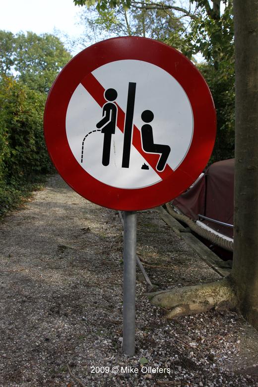Poepen..? - Deze foto is in Giethoorn gemaakt bij iemand in zijn tuin. Deze persoon had kennelijk geen behoefte aan ongevraagd bezoek!