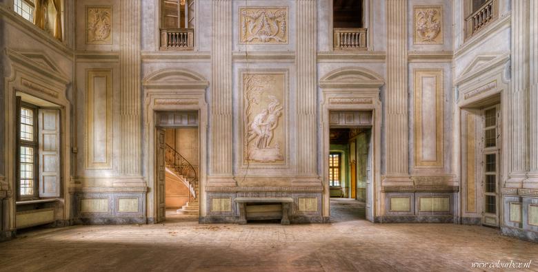 In de balzaal - In een verlaten kasteel in Italië trok ik een deur open en ineens stond ik in deze prachtige balzaal. Ik was op zoek naar het trapje d