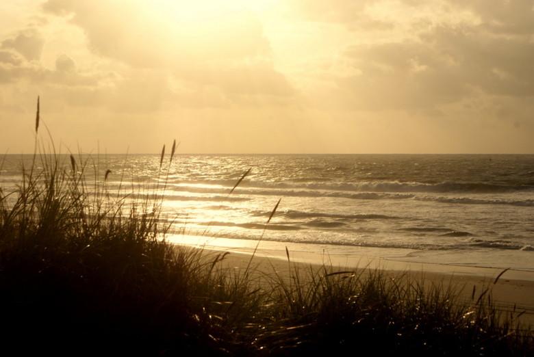 Vlieland - Na een heerlijke strandwandeling het duin weer op.<br /> Heb ietwat schaduw naderhand aangebracht en wat meer contrast.
