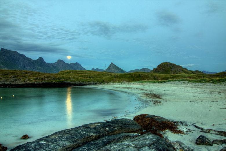 Mystiek landschap II - Gemaakt tijdens onze eerste avond op de Lofoten op de camping bij Fredvang. Hier nog een stukje maan dat in het water schijnt.