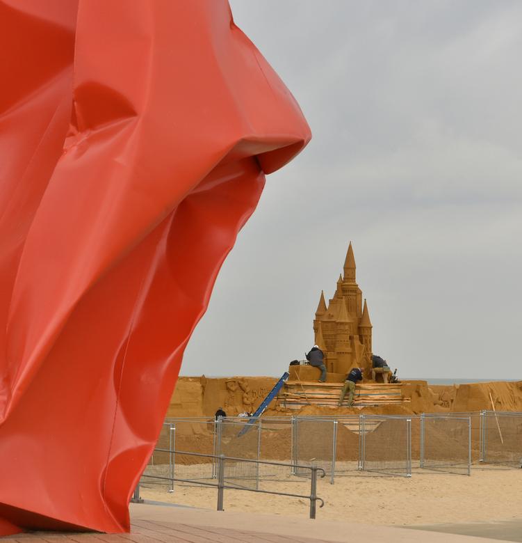 Bouwheren - Circa 40 kunstenaars, afkomstig uit 12 verschillende landen, creëren uit niet minder dan 240 vrachtwagens Ardens grottenzand, een beeldeng