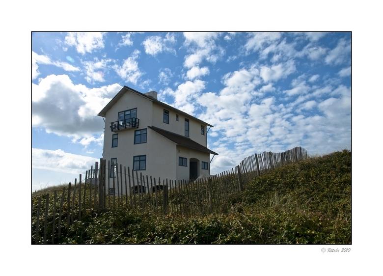 """terug naar de kust - Dit huis, op de rand van de duinen in bergen aan zee, was mede de inspiraie voor Saskia Noort haar boek """"terug naar de kust&"""