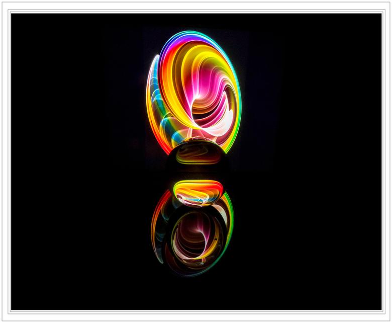 GLAZEN BOL 6 - Glazen bol op de acrylplaat en in een donkere kamer.