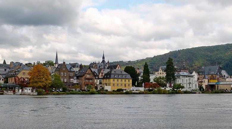 Traben-Trarbach. - Traben-Trarbach wordt gevormd door Traben op de  linkeroever en Trarbach op de rechteroever van de rivier de Moezel met een verbind