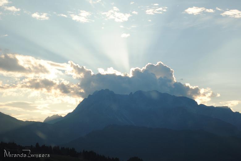 Achter de wolken schijnt altijd de zon - Voor mijn hobby paragliden ben ik regelmatig in de bergen, vooral in Greifenburg, Oostenrijk. Wij kijken eige