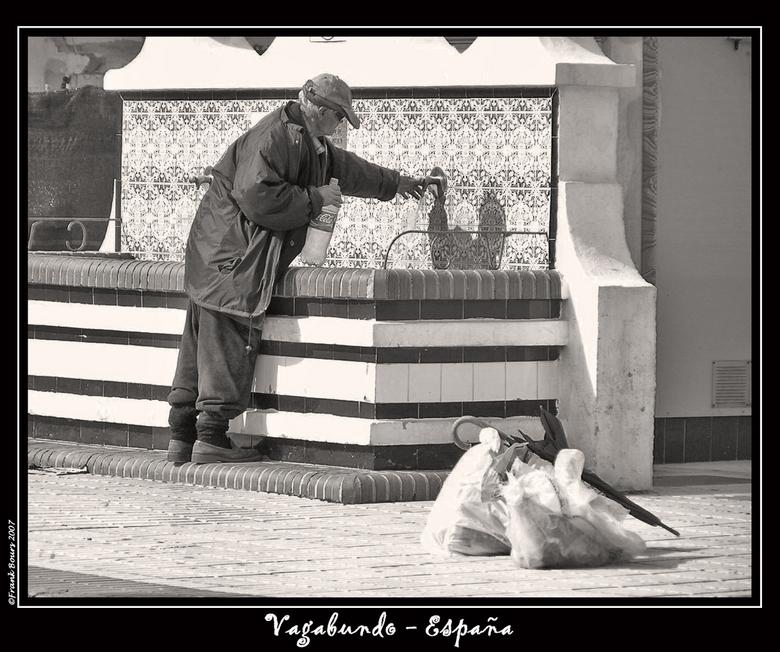 Espana 4 - Deze &quot;vagabundo&quot; kon ik fotograferen in een dorpje vlak bij La Caleta de Velez.<br /> Hij was bezig met zijn drinkwatervoorraad.