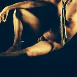 Mannelijk naakt zittend