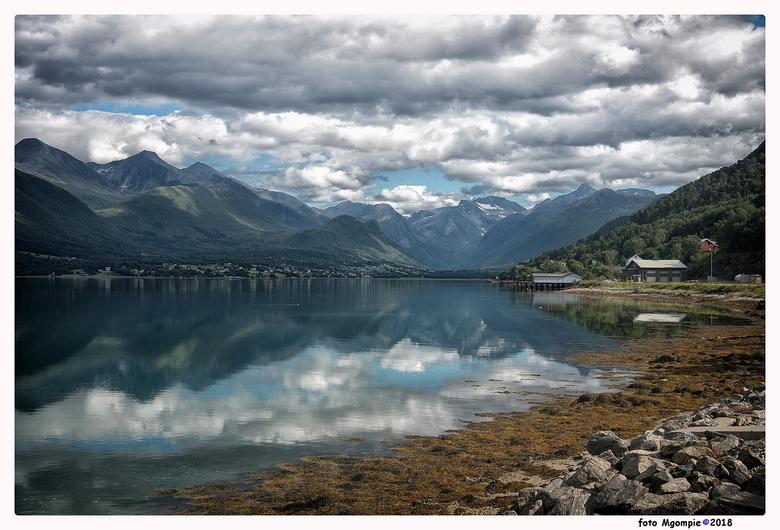 """Andelsnes - Mooi stukje Noorwegen. <br /> <br /> Bedankt voor de reacties op <a href=""""http://zoom.nl/foto/macro/koninginnepage.2919778.html?object=u"""