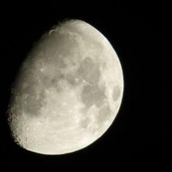 maan, uit de hand gefotografeerd
