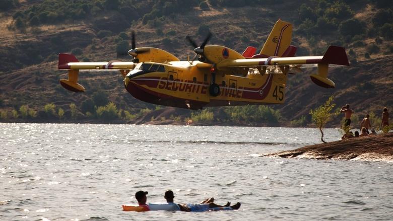 """Vliegtuig spotter spotten - Een van de Fransen blus vliegtuigen tijdens het laden voor het blussen van een brand. Het vond plaats op """"lac du sala"""