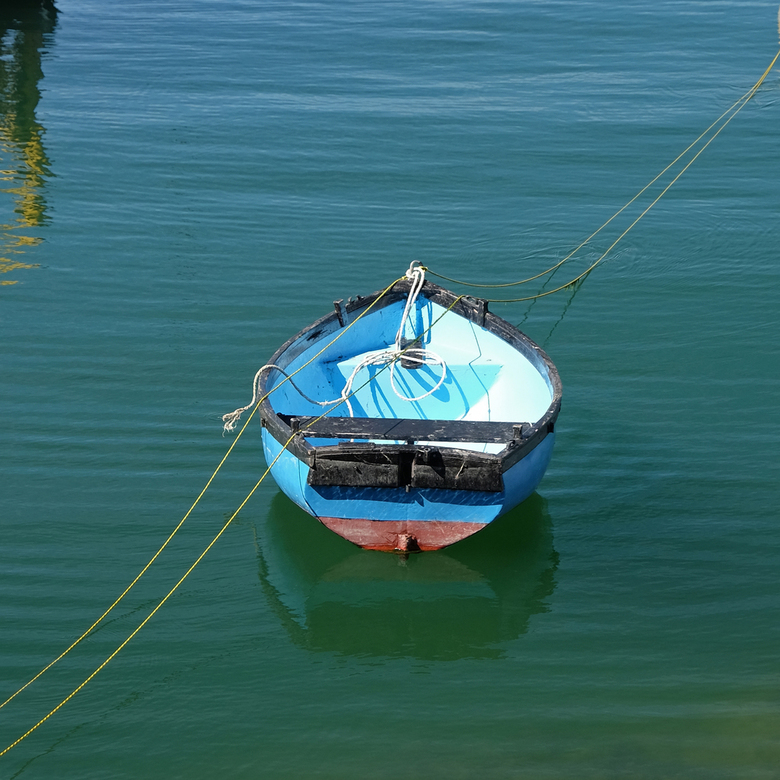 Eenzaam bootje - Vastgemaakt aan 2 boeien ligt dit bootje op zijn bemanning te wachten