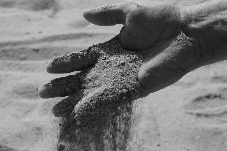 feeling of sand - zwart - wit foto over de samenwerking van hand en zand, de beweging -het gevoel... mijn bedoeling was dat wanneer je de foto bekijkt