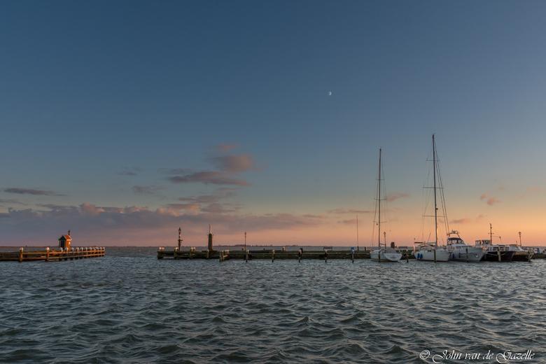 Haven Volendam bij zonsondergang - Deze opname heb ik vorig weekend in de haven van Volendam tijdens zonsondergang gemaakt.<br /> <br /> Efix: ISO 2