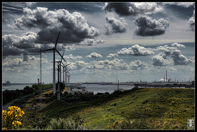 Industriële Zomer - In de verte: Rotterdam. <br /> Rechts: Europoort / Maasvlakte. <br /> Links: Maassluis.<br /> Achter: Engeland.<br /> <br />