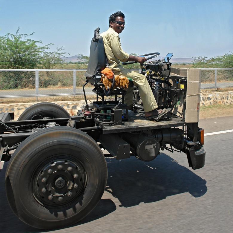 Van Madras naar Poona - In India heeft Dr. Arbo nog maar weinig vaste grond onder voeten. Het transport van vrachtwagen-onderstellen naar de afbouwfab