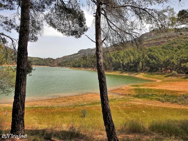 Embalse del Buseo. - In het nationaal park Chera-Sot de Chera ligt dit schitterende meer tussen de bergen in. Enorme rotsformaties zie je overal om je