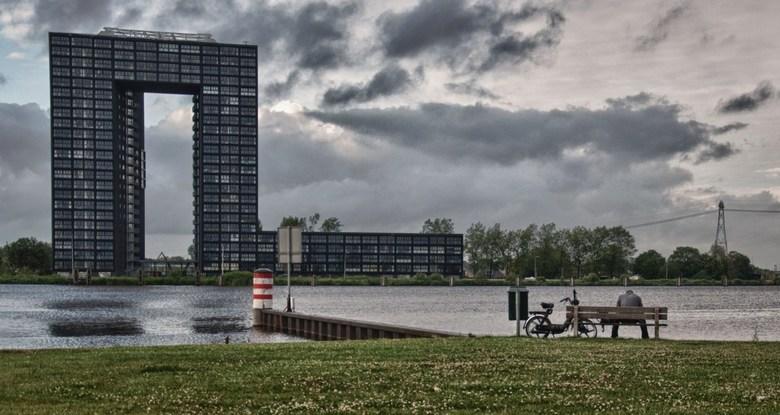 Eenzaam... - Foto is gemaakt in Groningen. Op de achtergrond de Tasmantoren. HDR