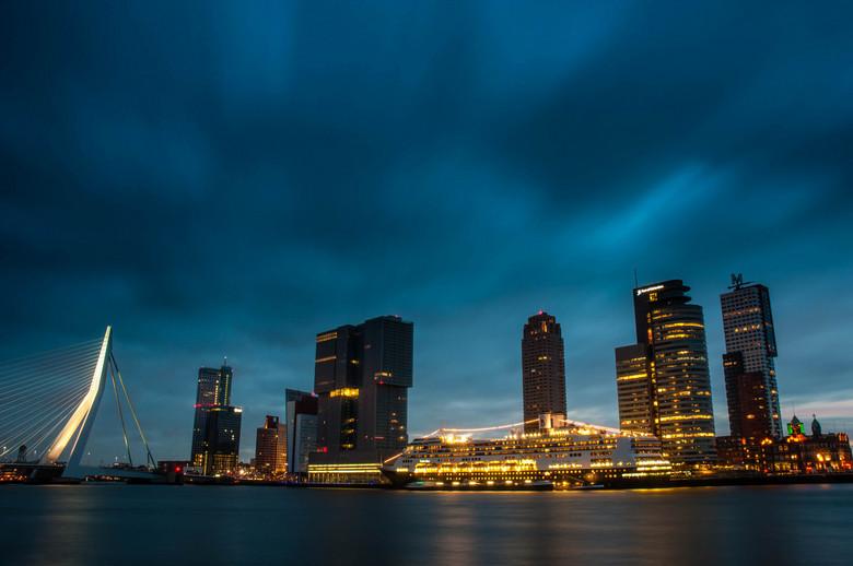 Rotterdam sunrise - Foto vanaf Veerhaven. 30 min voor zonsopkomst genomen. Van links naar rechts de Erasmusbrug, Maastoren, KPN gebouw, de Rotterdam,