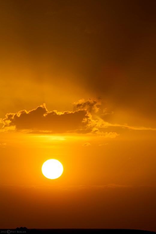 """Hoedje van ................ - In de wolken <img  src=""""/images/smileys/smile-big.png""""/><br /> Adembenemende zonsondergang in het zuid-Limburgse landsc"""