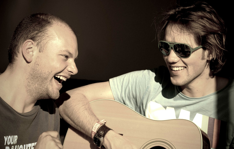 Bas & Maurice playing music in the sun -