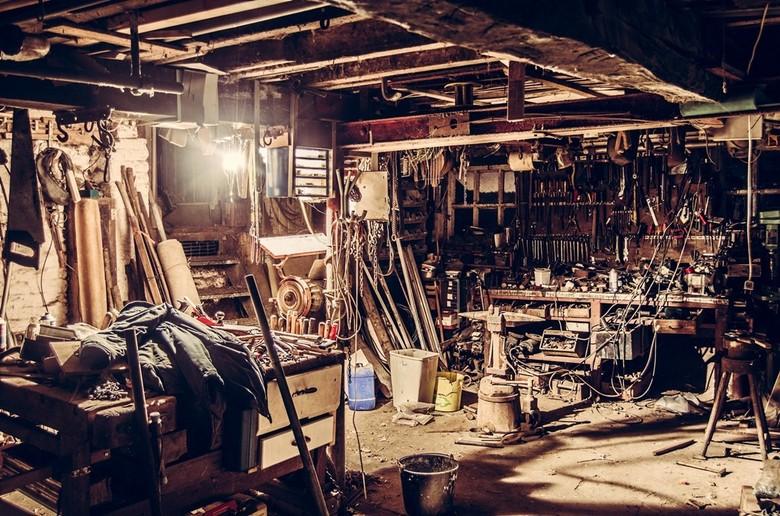 Grandpa's barn - Opa's schuur op een willekeuring moment in de avond. De chaos en puin zorgt in mijn ogen voor een drukke en interessante foto.