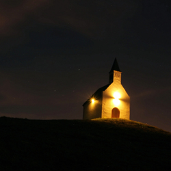 Kerkje in schijnwerpers