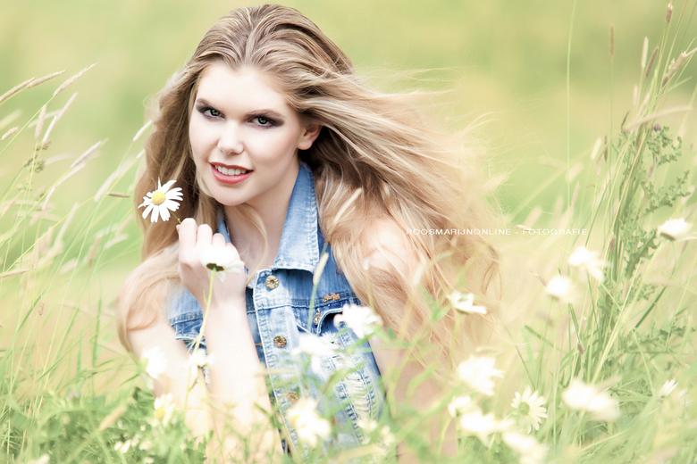 Sytske  - Sytske buiten tussen de bloemen..