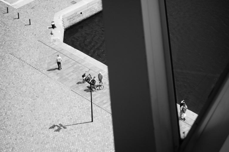 """Gekaderd - Havenhuis - Zicht op het """"Zaha Hadid-plein"""" vanaf het Havenhuis, Antwerpen."""
