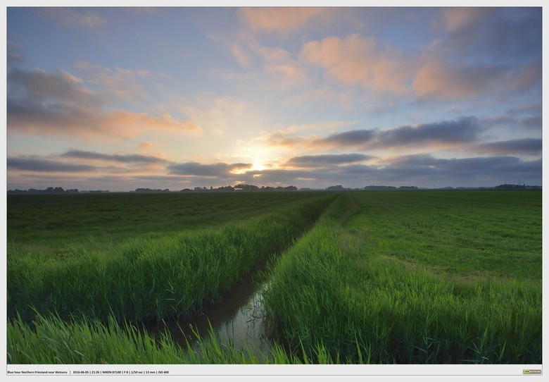 Voorjaarsavond - zonsondergang noord Friesland - Het wijdse landschap van het noorden van Friesland, hier iets zuidelijk van Wetsens, toont haar prach