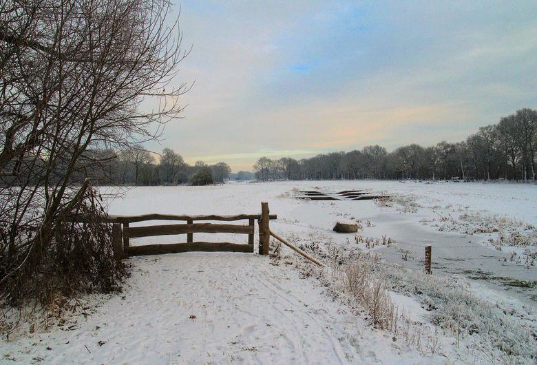 Voor de verandering een beetje sneeuw.. - Sneeuwlandschap met hek!!