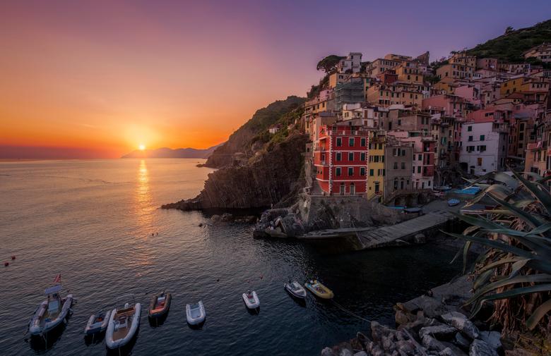 Riomaggiore sunset - Fraaie zonsondergang bij Riomaggiore, 1 van de 5 plaatjes bij Cinque Terre in Italië. Groetjes Djurre