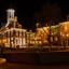 Stadhuis van Dokkum bij nacht.