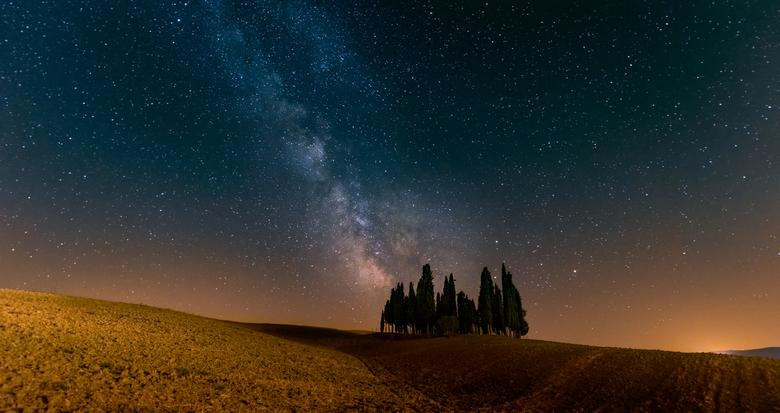 Helemaal alleen ... - Helemaal alleen op deze bijzondere plek. Alleen op een aantal avonden per maand kun je deze foto maken. Als de maan helemaal ver
