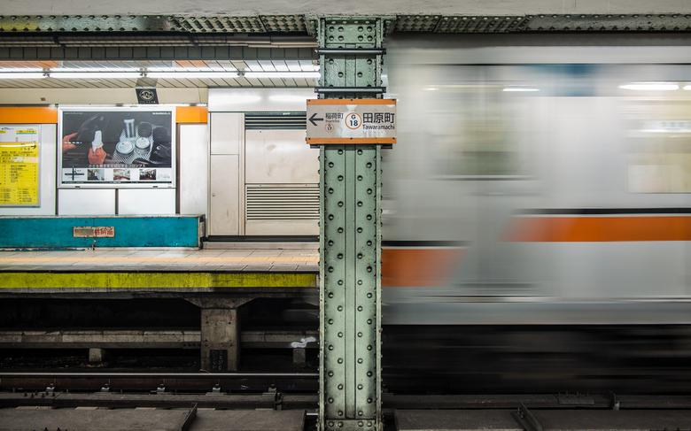 Tarawamachi station - De metro aan de overzijde van het perron op station Tarawamachi in Tokyo, vertrekt.