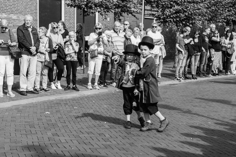 Damsterdag - Damsterdag/Papiercorso in Appingedam. Deze jongetjes trokken echt de aandacht.