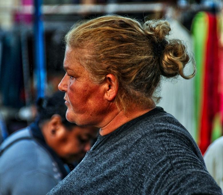 Cyprus-95. - Getekend door het buitenleven.<br /> Koopvrouw achter de groentekraam.