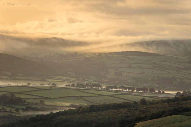 On top of the world - Voor zonsopkomst een korte rit gemaakt naar Brent Tor, de heuvel op en wachten op het licht. En als de dag dan zo begint voel je