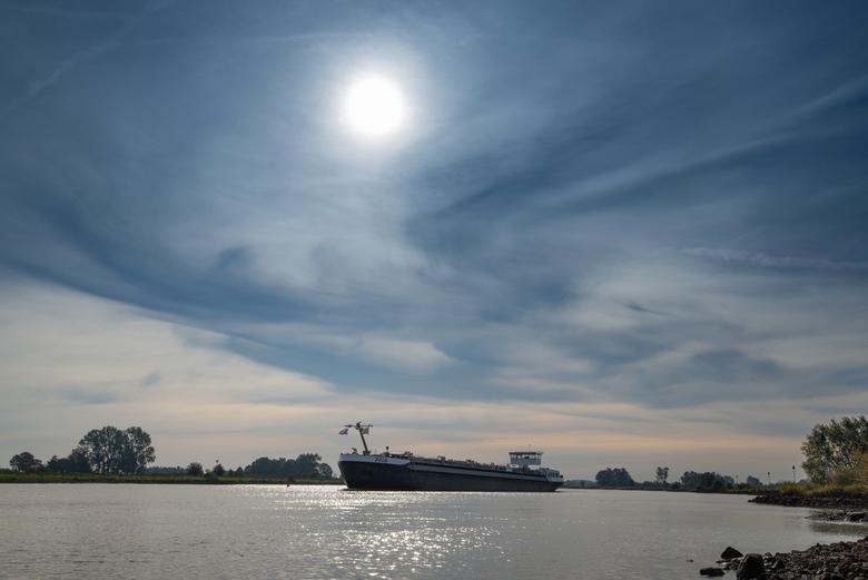 DSC_8219-2 - Langsvarende boot op de IJssel in het ochtendlicht
