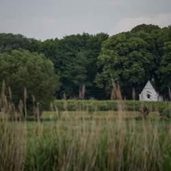 Landschap met kapel