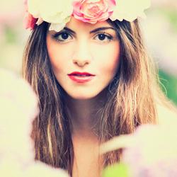 Dina met bloemen krans