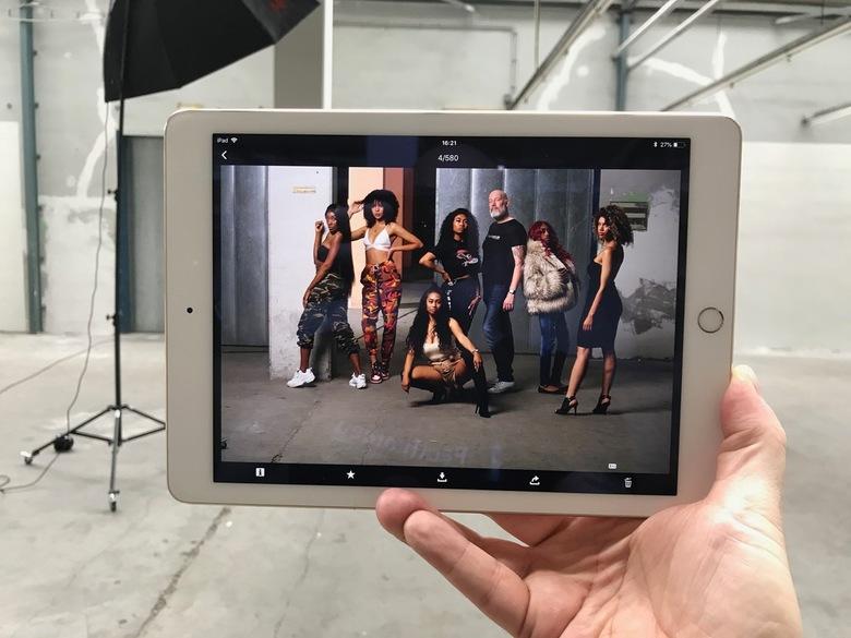 Selfie - Als je dan een gave studio hebt met belachelijk veel ruimte. En je hebt ook nog eens een squad met beautifull girls. Dan maak je een stoere s