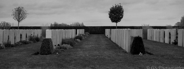 Bard Cottage Cemetery  - Deze foto is getrokken tijden een herdenking van de Wereld Oorlog. Het is een niet zo bekende begraafplaats, daarom dat het o