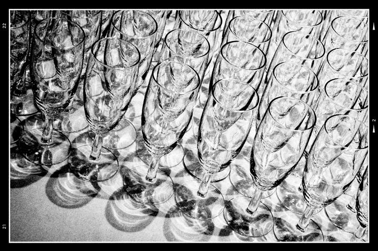 Stockholm 72 - Een simpel rijtje glazen geeft, bij het juiste standpunt en uitsnede, best een heel interessante plaat prijs. Ineens gaan ze visueel sp