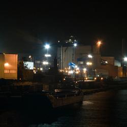 Staalfabriek in de nacht